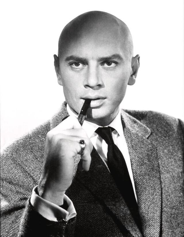 Юл Бриннер с трубкой