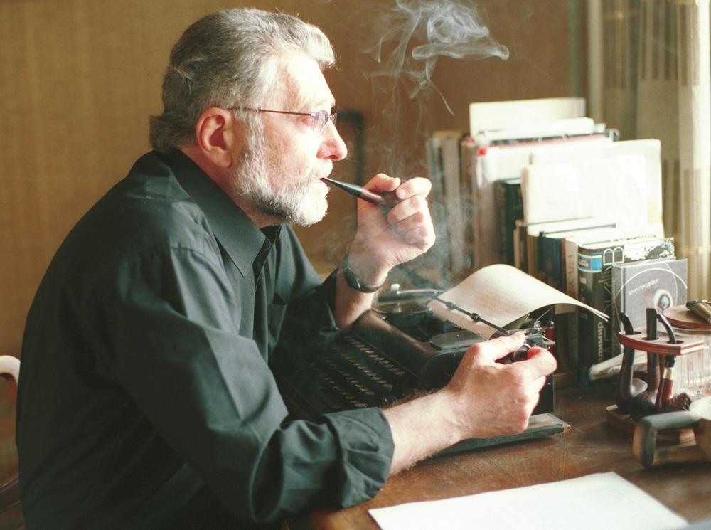 Мирон Семенович Петровский с трубкой