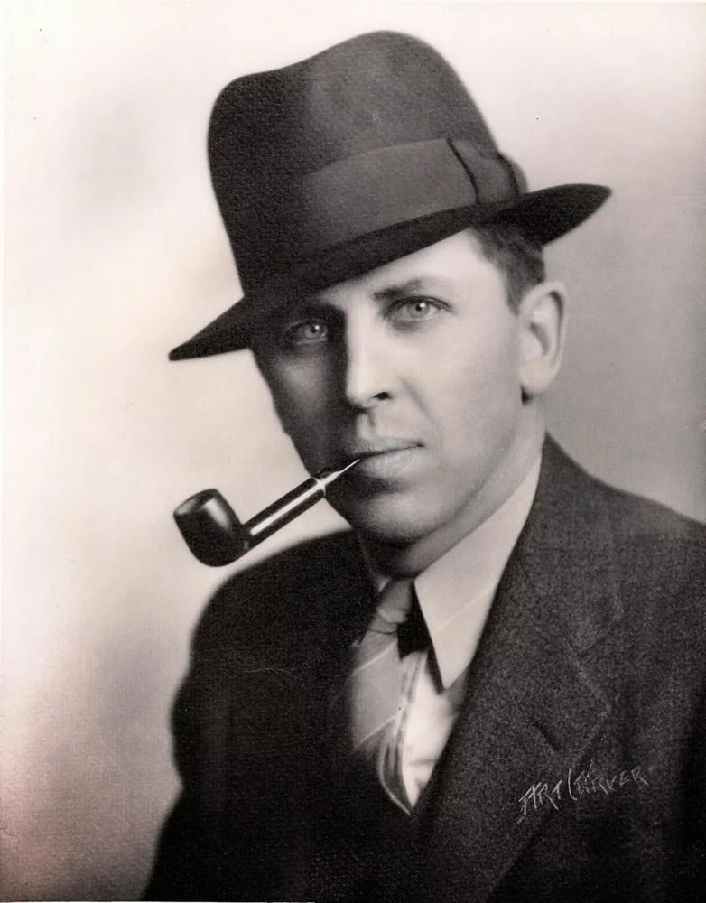 Клиффорд Саймак с трубкой