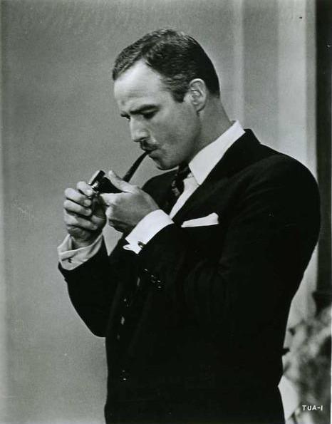 Марлон Брандо с трубкой