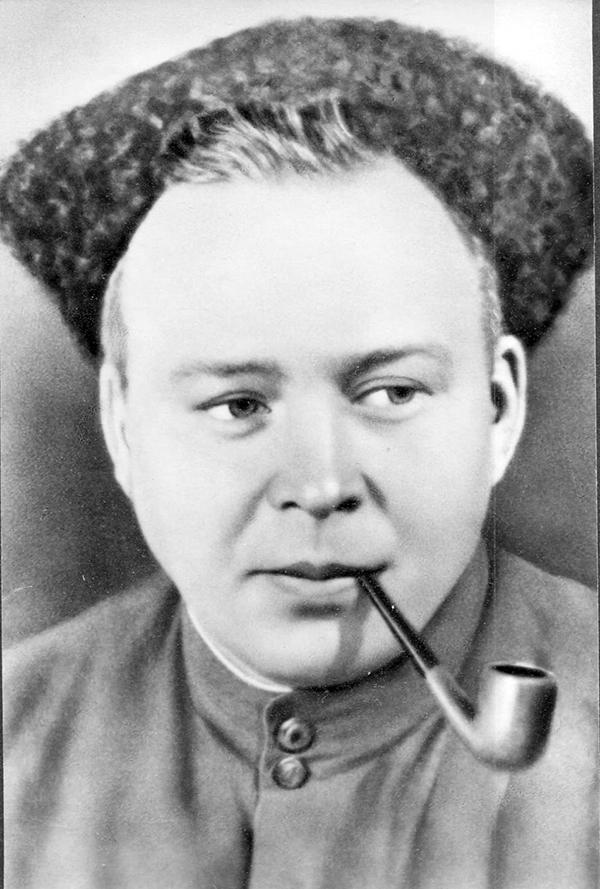 Аркадий Гайдар с трубкой