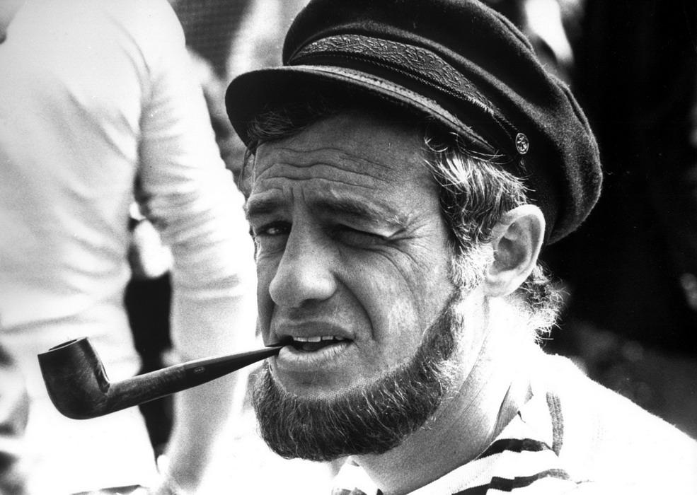 Жан-Поль Бельмондо с трубкой